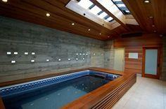 pequeña piscina cubierta con techo de madera