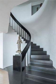 Otra forma de revestir una escalera, sería esta, un acabado en chapa metálica, nos parece espectacular.