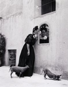 Frida Kahlo and her Xoloitzcuintli dogs, Photo by Lola Alvarez Bravo. Frida Kahlo and her Xoloitzcuintli dogs, Photo by Lola Alvarez Bravo. Diego Rivera, Black White Photos, Black And White Photography, Frida E Diego, Hairless Dog, Mexican Artists, Spanish Artists, Arte Popular, Psychedelic Art