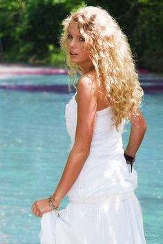 60 Awesome Photoshoot Taylor Swift Style to Copy - Fashionetter Taylor Swift 2006, Young Taylor Swift, Estilo Taylor Swift, Taylor Swift Album, Taylor Swift Style, Taylor Swift Pictures, Taylor Alison Swift, Taylor Swift Curls, Taylor Swift Tim Mcgraw