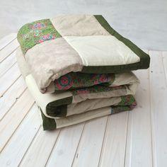 Green fower XL - patchworková deka Originální prošívaná patchworková deka s výplní. Použití: Jako klasická deka nebo přehoz na postel. Rozměr: 210 na 240cm Materiál: bavlna - možné prát v pračce na 40°C. Výplň: rouno z dutých vláken. Zelená s dominantním vzorem kytky a se zelenou spirálou v kombinaci se zelinkavou batikou je osvěžující barevná kombinace pro váš ...