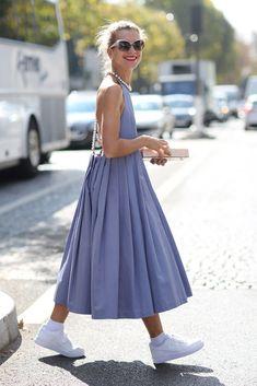 Como ella, lista para transformar el vestido más femenino en el más relajado. | 17 Chicas que te inspirarán a llevar tus vestidos con tenis