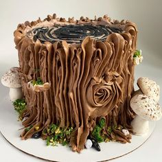 buttercream tree trunk and mushrooms cake Buttercreme-Baumstamm und Pilzkuchen Chocolate Yule Log Recipe, Chocolate Log, Chocolate Bowls, Easy Yule Log Recipe, Tree Stump Cake, Tree Stumps, Mushroom Cake, Recipes Using Cake Mix, Yule Log Cake