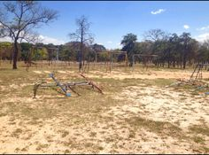 Social- Parque infantil em desuso devido a falta de estruturas compátiveis para sua utilização em dias muito quentes.