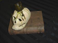 An Een skull and book of Een legend.