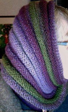 garnlek: cowl, dragspelshals- o huvudvärmare i Puro Knit Cowl, Knit Crochet, Big Knit Blanket, Jumbo Yarn, Big Knits, Knit Pillow, String Bag, Knitted Bags, Knitted Scarves