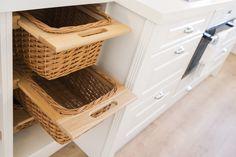 Pehmeämpää ilmettä keittiöön saa ulosvedettävillä koreilla.