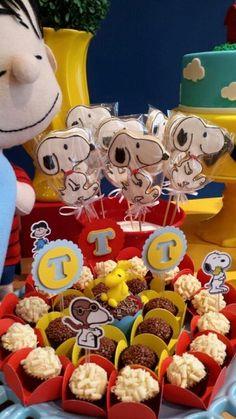 Festa decorada pela A Mesa do Bolo com bonecos da I felt! Amamos o resultado!                          ... Snoopy Birthday, Snoopy Party, Baby 1st Birthday, Charlie Brown Christmas, Charlie Brown And Snoopy, Bolo Snoopy, Joint Birthday Parties, Baby Shower Niño, Baby Party