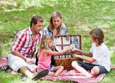 Een picknick met de familie om de lente te vieren
