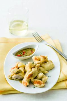 Croccanti straccetti di pollo arricchiti da una pastella aromatica e da una salsina piccante: un piatto veramente sfizioso. Prova la ricetta di Sale&Pepe.