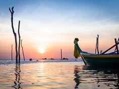 Coucher de soleil sur Koh Lanta.  Koh Lanta est une petite ile de Thaïlande au large de Phuket, moins fréquentée que sa grande sœur mais pourvue de logements confortables et de plusieurs belles plages ainsi que quelques possibilités de promenades à pied ou en vélo.