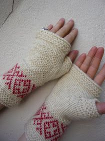 Dödergök--Tvåändsstickning - Twined Knitting - the red pattern would be pretty in silver against snow white yarn.or snow-white against winter grey. Mittens Pattern, Knit Mittens, Knitted Gloves, Knitting Socks, Hand Knitting, Knitting Patterns, Crochet Patterns, Fingerless Mitts, Wrist Warmers