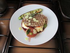 Veau  grillè avec pommes de terre en purèe avec du citron, le poivre et les courgettes,oignon caramèlisès au vin rouge,sauce verte et gingembreGino D'Aquino