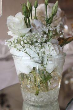 Centerpieces von Passiflori Blumen Penzberg Gold und Weiß, goldene…
