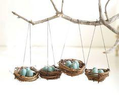 Des petits nids suspendus remplis d'oeufs décorés pour Pâques !