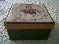 caja de te pintada y con azulejo decorado con técnica de sublimacion