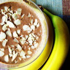 Pyszny koktajl zawierający naturalną słodycz owocu i kakao.  Można go pić nawet gdy się odchudzamy, oczywiście nie na kolację. Doskonały n... Hummus, Acai Bowl, Beans, Vegetables, Breakfast, Ethnic Recipes, Food, Acai Berry Bowl, Morning Coffee