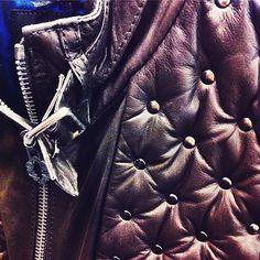 Shoulderdetail of our menjacket. #studs #vintage #mensfashion #leatherjacket
