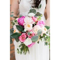 A sweet shot from @jeremythebrown and @aliciathebrown of @emilyebowers's gorgeous bouquet  #mumsflowers #mumsbouquets #bridalbouquet #weddingflowers #springwedding