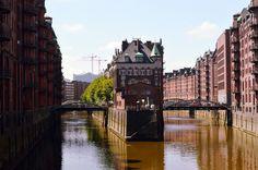 Ich mag die Atmosphäre in der alten Speicherstadt in Hamburg. Sie hat Kriegen getrotzt und wird heute noch benutzt, wie vor 100 Jahren. Hinter den dicken Mauern der Speicher und Kontore lagern noch heute Kaffee, Tee, Kakao, Gewürze, Tabak und Teppiche.......weiter unter: http://welt-sehenerleben.de/Archive/1977/hamburg-die-schonste-stadt-der-welt/ #Hamburg #Speicherstadt #Reisen #Stadt