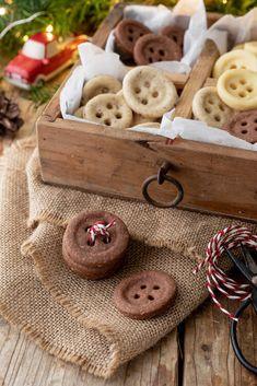 Knopfkekse in drei verschiedenen Mürbteigsorten. Dieses und viele weitere Rezepte findet ihr auf unserer Website (Backen, Rezepte, Mürbteig, Weihnachten, Advent, Kekse, Weihnachtskekse, Verzieren)