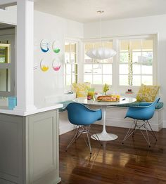 Two iconic pieces in one breakfast nook: a Saarine table and Eames molded plastic dowel leg armchairs.