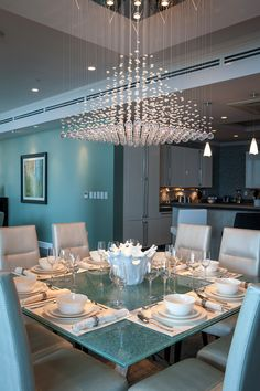 Modern and luxury dinning room design ideas. Dining room is a place where you spend a lot of celebration in! Improve your special mealtime events with these dining room paint colors ideas. Luxury Dinning Room, Dining Room Lighting, Luxury Rooms, Luxury Home Decor, Dinning Room Paint Colors, Interior Design Living Room, Living Room Decor, Dining Table Design, Dining Room Furniture
