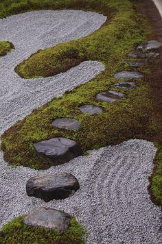 白砂と庭石で広がる世界観。 これぞ重森三玲、という、お庭です。 (※5月25日撮影) サツキが迎えてくれる入口。 しっとり濡れた敷石の雰囲気が...