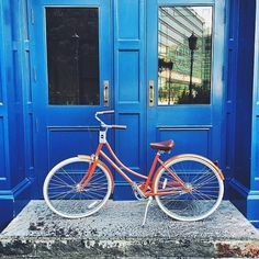 This is your classic Dutch bike, a sweeping curved frame and refined upright posture make it the elegant choice for trips to the market or just riding down the boulevard. AVAILABLE IN ONE FRAME SIZE: