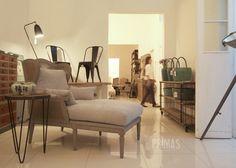 Chaiselongue esterrillado, lámpara grillo, sillas Tolix, baldes reciclados y mesa auxiliar araña