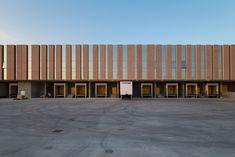 New Vimar Logistics Pole - Atelier(s) Alfonso Femia AF517Atelier(s) Alfonso Femia AF517 Industrial Architecture, Facade Architecture, Conception D'entrepôts, Warehouse Logistics, Richmond Interiors, Warehouse Design, Construction Area, Steel Buildings, Interior Design Studio