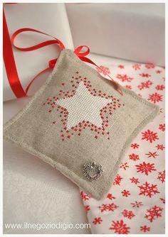 Cross Stitching Star Christmas Pincushion / Kreuzstich Stern Weihnachten Nadelkissen