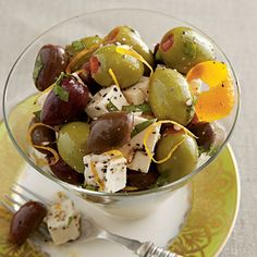 This gorgeous appetizer of citrus-marinated kalamata and pimiento-stuffed olives with feta is a crowd-pleaser at any gathering and is very easy to prepare. Tapas Recipes, Appetizer Recipes, Cooking Recipes, Healthy Recipes, Marinated Olives, Marinated Vegetables, Olive Salad, My Burger, Feta Salat