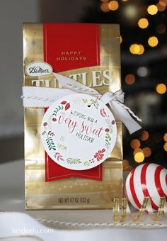 Beautiful Holiday Gift tags that are super adorable for any of your gifts! Click through for a free printable! Christmas Gift Tags Printable, Free Printable Gift Tags, Christmas Labels, Free Christmas Printables, Christmas Ideas, Christmas Cards, Christmas 2019, Christmas Candy Gifts, Neighbor Christmas Gifts