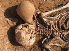 Lorsque les morts boivent... Les auteurs de l'Antiquité rapportent que les Celtes procédaient à des libations rituelles au cours des cérémonies funéraires. Assez similaires à celles qui étaient pratiquées en Grèce hellénistique, ces libations étaient dédiées aux dieux et aux héros guerriers.