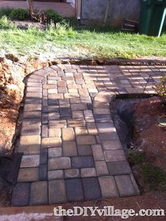 DIY paver path, looks professional. Remove front deck, add paver path around front of house to side gate by chicken coop Paver Walkway, Diy Paver, Walkway Ideas, Garden Paths, Lawn And Garden, Garden Beds, Tyni House, Outdoor Projects, Outdoor Ideas