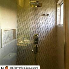 Quem propõe beleza e boa funcionalidade ao ambiente neste projeto da @gabriellyaraujo.arquitetura  é o revestimento Paulista HD. O porcelanato trouxe uma sensação de movimento à parede do box e deixou o ambiente clean e moderno.  #ceramicaportinari #porcelanato #tile #arquitetura #decor