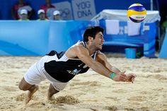 Este es Santiago Karim Aulisi. Él es un jugador de voleibol con Argentina. Éste jugar en Olímpico equipo.