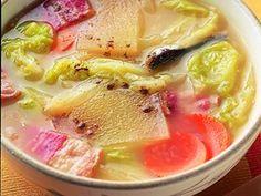 小林 カツ代さんの煮干しを使った「残り野菜のみそスープ」のレシピページです。隠し味の牛乳で、コクを出しました。 材料: 煮干し、ベーコン、白菜、にんじん、大根、みそ、牛乳、こしょう