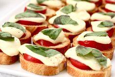 Torradinha com mussarela, tomate e manjericão... pizza torradinha!!!