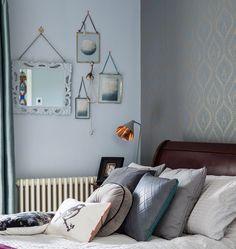 Одна из спален с великолепной деревянной кроватью и простым, но элегантным декором. .