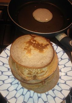 Lekker als ontbijt of avondeten, deze glutenvrije pannenkoeken. Een gezonder alternatief voor kinderen en net zo makkelijk te maken als gewone pancakes.