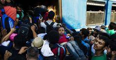 20150809 - Imigrantes se amontoam para tentar entrar em um trem rumo à fronteira com a Sérvia, na estação de Gevgelija, na divisa entre Grécia e Macedônia, neste domingo (9). Os refugiados tentam chegar à fronteira da Sérvia com a Hungria, que permite a livre circulação de pessoas devido ao acordo de Schengen e é um importante ponto de passagem para o grande número de imigrantes que querem entrar na União Europeia. PICTURE: Dimitar Dilkoff/AFP