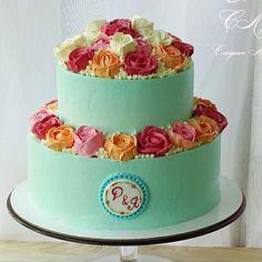 Торт состоит из сочетания ванильного и шоколадного бисквитов, с карамельным кремом и добавлением ягод малины, клубники и клубничной пропиткой. Автор Instagram.com/olgapavlova84