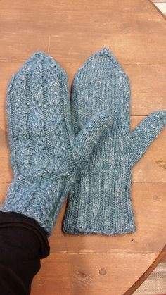 Knitted Mittens Pattern, Knit Mittens, Knitting Socks, Knitting Patterns, Knit Socks, Knitting Ideas, Slipper Boots, Knitting Accessories, Knit Crochet
