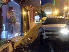 Rapaz sem CNH e embriagado bate caminhonete contra fachadas de lojas +http://brml.co/1c3vxeF