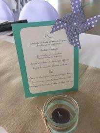 Menu de mariage sur chevalet en carton en bleu et gris