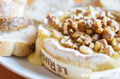 Nam, dette er skikkelig deilig kosemat! Bakt camembert blir flytende i konsistensen og er nydelig å dyppe kjeks og loffbiter i. Osten dekkes med valnøtter og flytende honning, som gir den søte smaken. For å lage bakt camembert, bør du kjøpe den typen camembert som selges i små treesker (se etter camembert av merket Rustique). Da kan du bake osten i denne treesken og servere den derfra også.