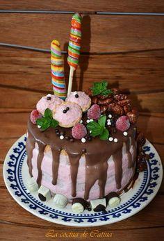 Aprende a preparar drip cake paso paso con esta rica y fácil receta. La tarta drip cake es un tipo de pastel que se está poniendo muy de moda y consiste en hacer un...