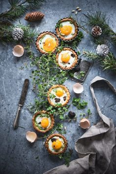 Tartellette con crema di broccolo e uova al tartufo/Egg tarts with broccoli and truffles · Frames of sugar - Fotogrammi di zucchero Food Styling, Breakfast And Brunch, Breakfast Ideas, Dark Food Photography, Breakfast Photography, Food Flatlay, Egg Tart, Eat This, Snacks Für Party